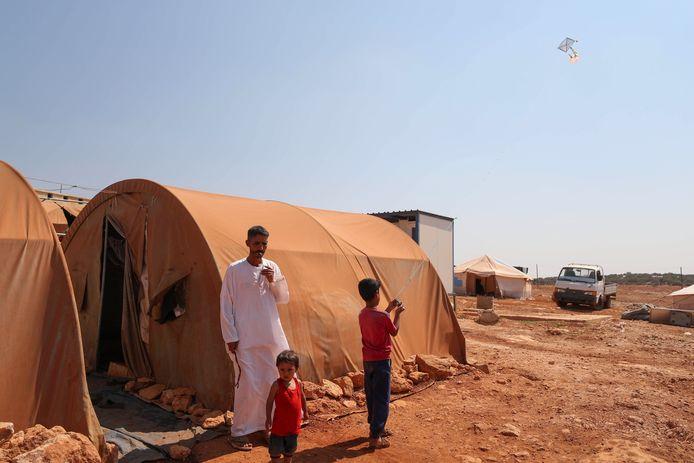 Syrische vluchtelingen in een opvangkamp bij de stad Maaret Misrin in de noordwestelijke Syrische provincie Idlip.