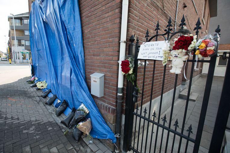Op de plek hebben vrienden van de overledenen bloemen en een knuffelbeer geplaatst.