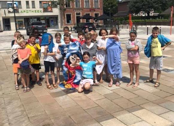 Ontgoochelde kinderen in de droge fonteinen.