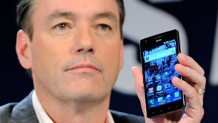 Tim Baxter van Samsung met de Samsung Infuse 4G Android smartphone. Beeld