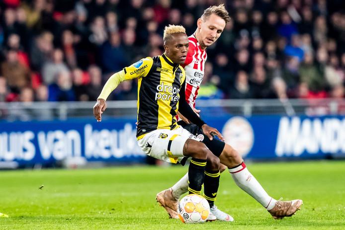 Thulani Serero (links) houdt PSV'er Luuk de Jong van de bal. De middenvelder van Vitesse keert terug in het nationale team van Zuid-Afrika.