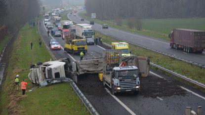 Verkeerschaos op E403 nadat truck kantelt, volledige snelweg versperd