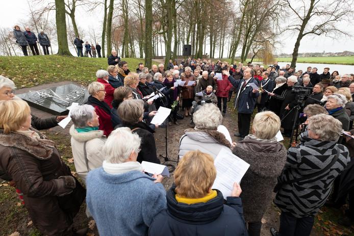 Een bijzonder moment: leden van het koor van destijds zingen bij de herdenking het lied dat ze toen in Wenen zouden zingen.