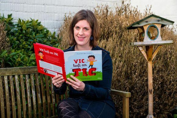 Eva Van der Linden met haar boek 'Vic heeft een Tic'.
