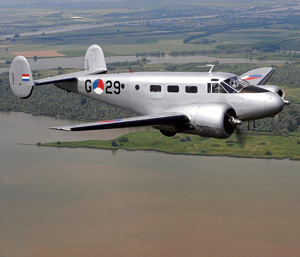 De Beechcraft van de Koninklijke Luchtmacht Historische Vlucht op vliegbasis Gilze-Rijen.