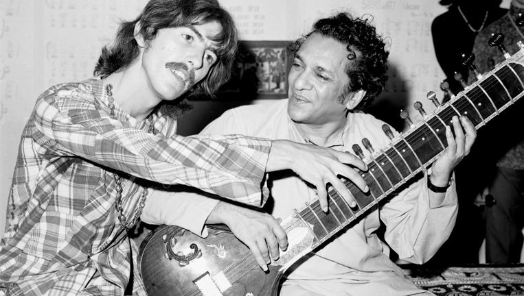 George Harrison (links) en Ravi Shankar, die de sitar bespeelt, eind jaren 60. Beeld Michael Ochs Archives