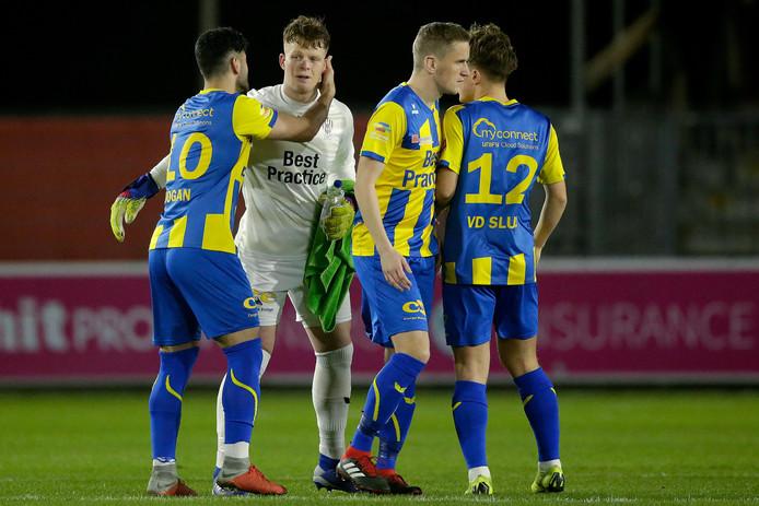 Doelman Ronald Koeman junior van TOP Oss wordt na de 3-0 nederlaag tegen Almere City FC getroost door zijn ploeggenoten. Koeman stond door de blessure van Nick Olij sinds lange tijd weer onder de lat.