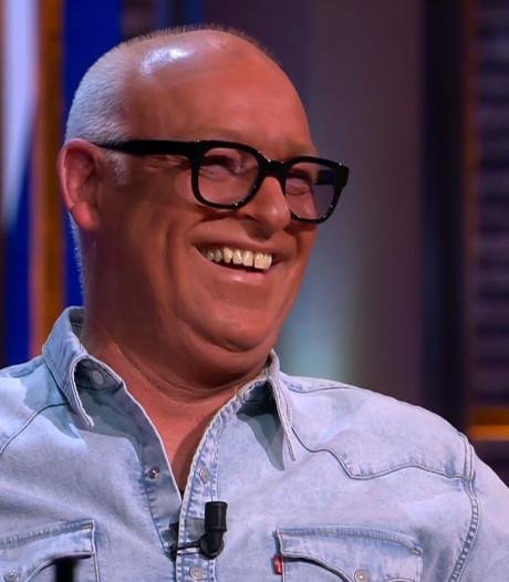René van der Gijp mist zijn visagiste en schiet uit met zelfbruiner