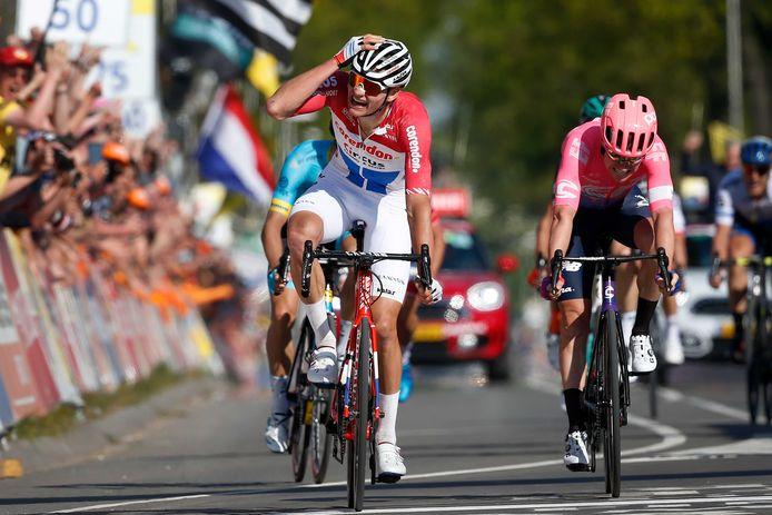 Winnaar Mathieu van der Poel viert  zijn overwinning tijdens de Amstel Gold Race. Van der Poel leek na een mislukte vroege aanval kansloos voor de winst. Maar in de slotkilometer achterhaalde hij met een groepje de Fransman Julian Alaphilippe en de Deen Jakob Fuglsang.