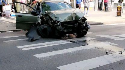 Auto crasht tegen twee verkeerslichten en boom: inzittenden lichtgewond