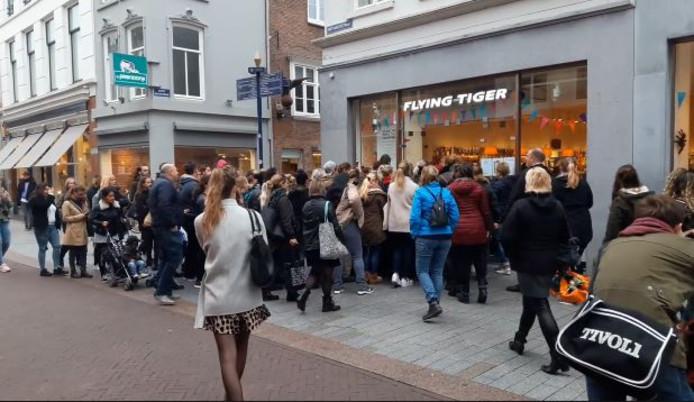 Straatbeeld Anderhalf Uur Wachten In Chaos Bij Flying Tiger Maar