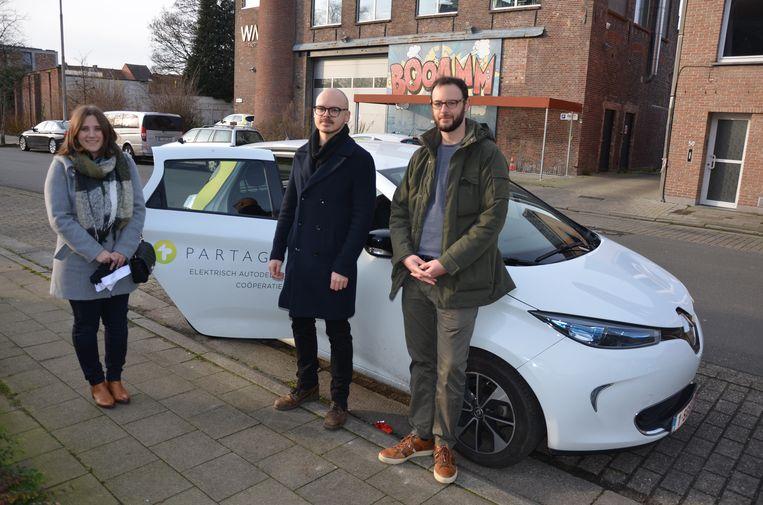 Ine, Jan en Michael van Responsible Young Drivers zullen op oudejaarsnacht rondrijden met een elektrische wagen van Partago.