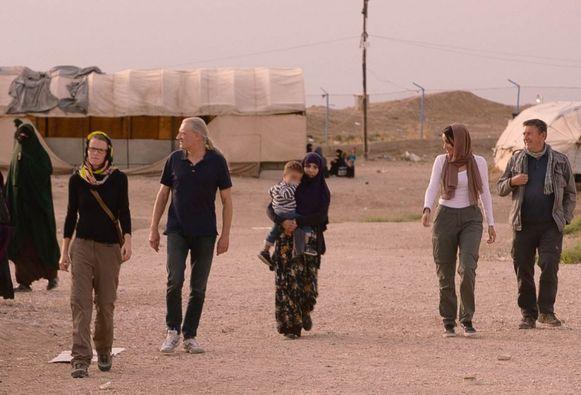 Professor Gerrit Loots (tweede van links) bezocht met VRT-journalist Rudi Vranckx enkele IS-kinderen in Syrische vluchtelingskampen.