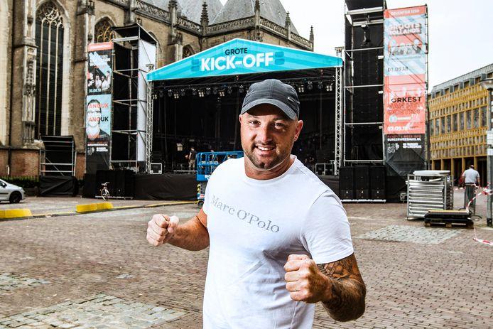 Jaman vlak voor een optreden op het Grote Kerkhof in Deventer.