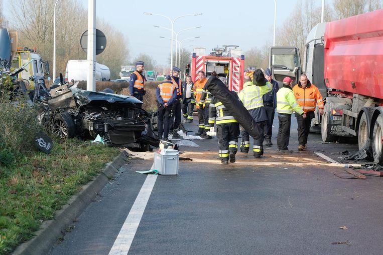 De hulpdiensten kwamen ter plaatse na een ongeval met een vrachtwagen en een personenwagen op de N16 richting Temse.