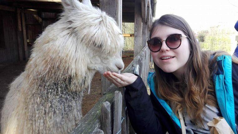 Annemie bij haar geliefde alpaca Milagros.