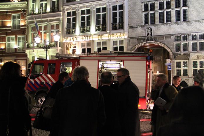 De brandweer bezig met het blussen van de brand in grand hotel de Draak. foto Tom Hayes