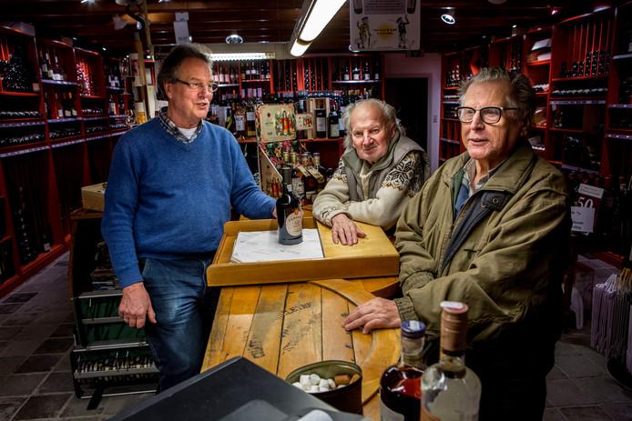 Cees de Kreek (links) met twee trouwe klanten. Hij is straks ook in de nieuwe winkel te vinden.