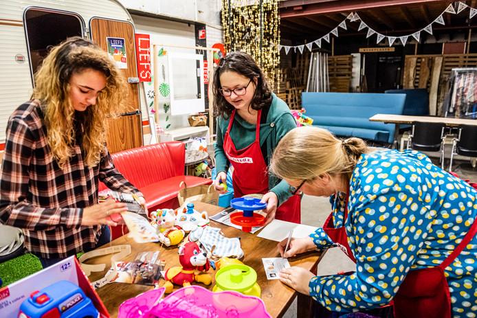 Organisatoren Leslie Tak (midden), Sandra Tesselaar (r) en Alice van Leeuwen (l) sorteren het ingeleverde speelgoed.