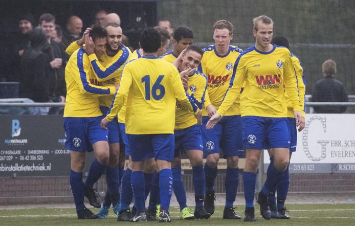 Blauw Geel'55, hier in de derby tegen Lunteren, sloeg zaterdag in de slotfase toe.