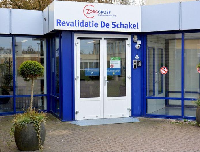 Ingang van revalidatiecentrum De Schakel in Emmeloord.