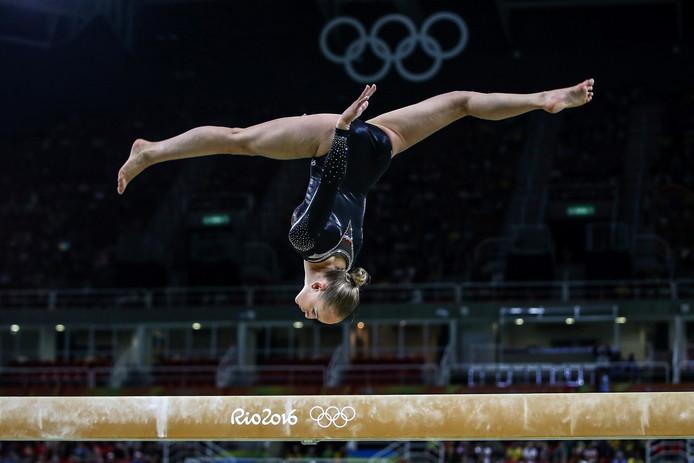 Wevers nam in Rio al uitgebreid de tijd om de balk te bekijken.