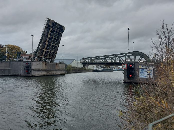 De Meulestedebrug na de aanrijding.