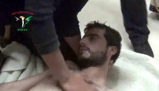 Deze man zou slachtoffer zijn geworden van een aanval met chemische wapens door het regime van Assad, in april van dit jaar.