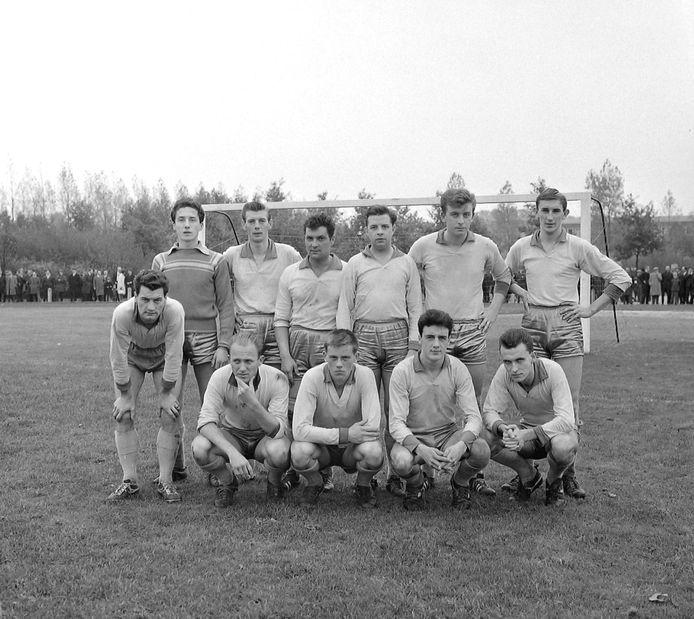 Honoré Neefs (staand, derde van links) met de succesploeg van HVV'24 die in in 1964 promotie naar het hoogste amateurniveau afdwong. foto archief PZC, ZB, Beeldbank Zeeland, recordnummer 141095