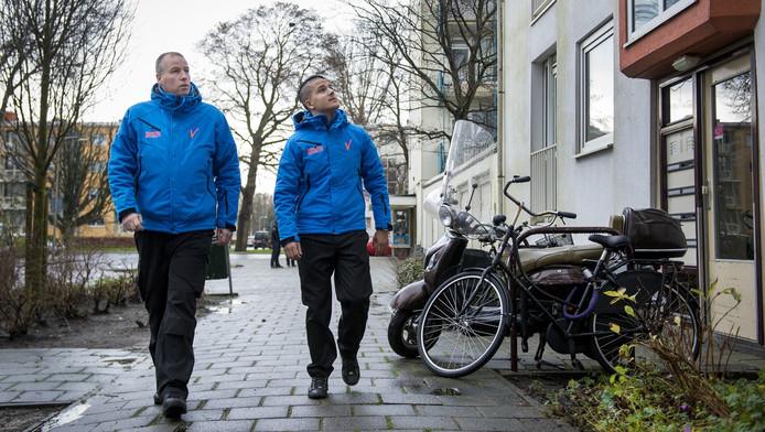 Rick Groeneveld (49) en Rinaldo Zwalve (22) lopen hun ronde door de wijk Morgenstond-oost. 'De politie heeft toch helemaal geen tijd om dagelijks zo'n ronde te voet te maken?'