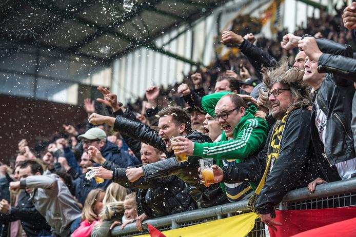 Mei 2016: bier drinkende fans zijn uitzinnig na een snelle voorsprong in het nacompetitieduel met FC Eindhoven.