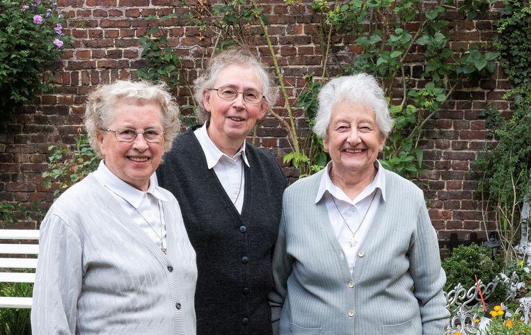 De zusters Augustinessen Thérèse, Geertrui en Leen verlaten Ronse om hun medezusters in Gent te vervoegen.