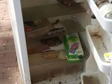 Smerige koelkast vol maden op straat gedumpt