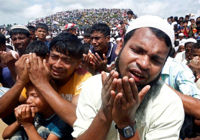 Rohingya-vluchtelingen bidden samen in een kamp in Bangladesh.