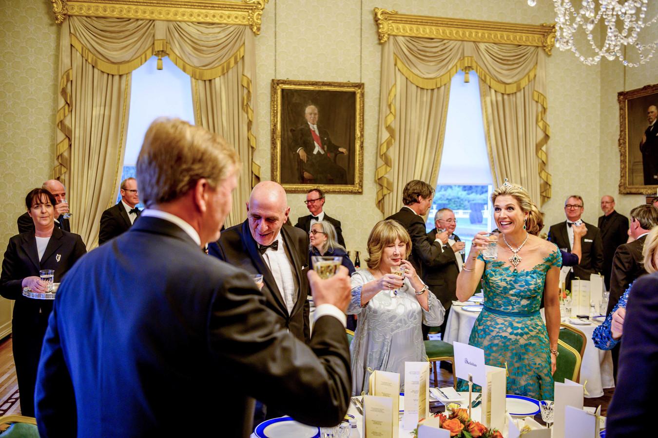 Koning Willem Alexander en koningin Maxima wonen een staatsbanket bij in het presidentieel paleis tijdens de eerste dag van het staatsbezoek aan Ierland.