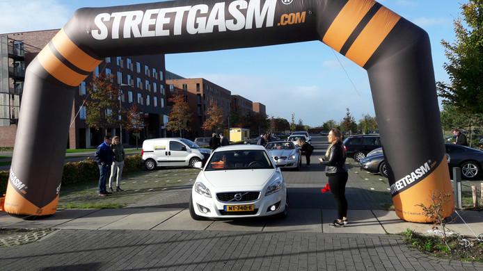 De start van de vorige rally bij ziekenhuis Bernhoven. Elke 90 seconden mag er een auto weg.