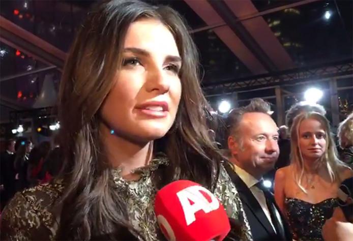 Zangeres Maan wordt bevraagd op de rode loper bij het Gouden Televizier-Ring Gala.