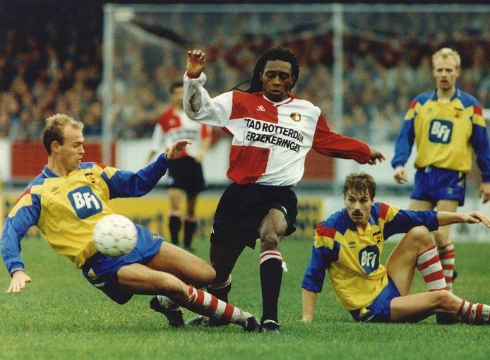 Regi Blinker in actie tegen Cambuur in 1992. Links Marcel Keizer, de latere trainer van Ajax.