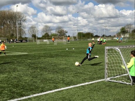 Talentendag voor jonge voetballers in Tiel: 'Er zal er toch wel één prof worden?'