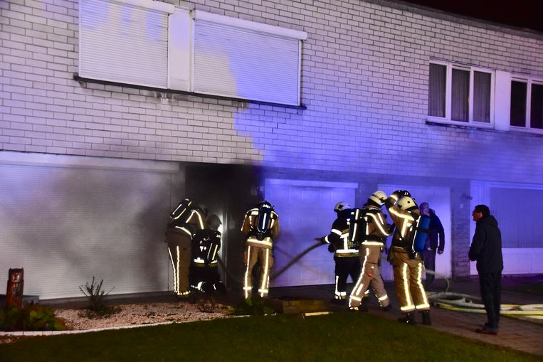 Op het moment dat de brandweer de voordeur forceerde om binnen te geraken, kwamen dikke zwarte rookwolken de blussers tegemoet.