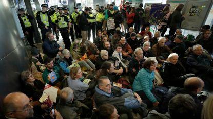 """Klimaatactivisten zetten Londense luchthaven op stelten, één betoger raakt tot in vliegtuig: """"Het spijt me dat ik zo moet handelen"""""""