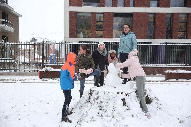 De kinderen van de lagere school van het Heilig Hart&College in Halle ravotten woensdagochtend in het stadspark.