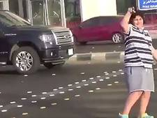 Jongen danst de macarena op straat, wordt opgepakt
