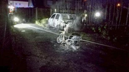 Gestolen bromfiets in brand gestoken: vlammen slaan over naar haag en geparkeerde auto