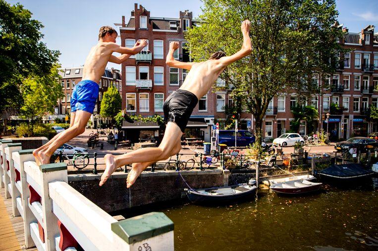 Jongens springen in de Kattensloot in Amsterdam. Beeld Hollandse Hoogte /  ANP