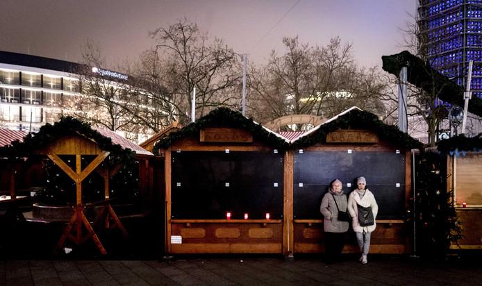Inwoners hielden vorig jaar een moment stilte in de buurt van de plek waar een vrachtwagen inreed op een kerstmarkt in Berlijn.