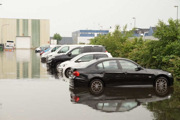 Straten onder water door hevige regenval in Nieuwkuijk.