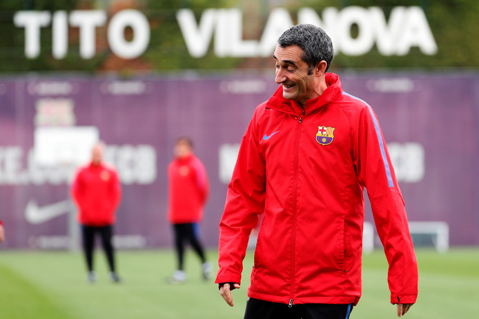epa06673449 FC Barcelona's head coach Ernesto Valverde attends a training session at Joan Gamper facilities in Sant Joan Despi, Barcelona, Spain, 16 April 2018, on the eve of their Spanish Liga Primera Division soccer match against Celta.  EPA/Alejandro Garcia