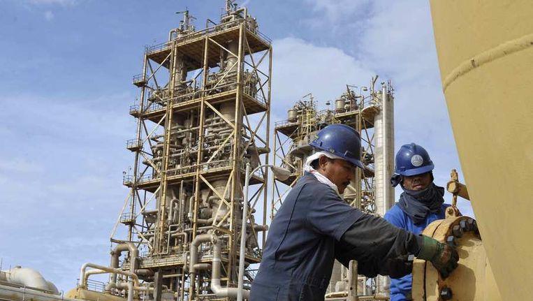 Arbeiders werken aan een oliepijplijn bij Sirte Oil Company in Brega. Beeld reuters
