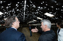 Commissaris van de Koning Van de Donk links bekijkt een kapotgehagelde koeienstal in Someren.